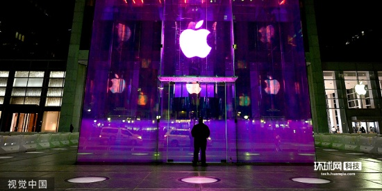 2019苹果秋季发布会举办在即 纽约苹果旗舰店亮起彩虹色灯光