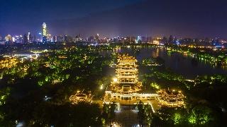 济南:大明湖夜色灯火阑珊 市民休闲赏景