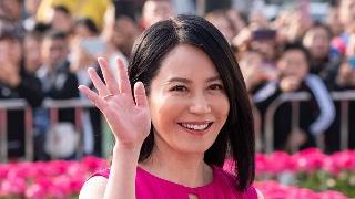 48岁俞飞鸿穿玫红长裙优雅动人 甜笑状态佳