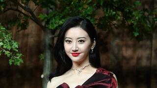 景甜酒红色长裙秀香肩 与王丽坤等同台比美