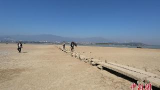 鄱阳湖水位持续走低 湖底600年古桥露真容