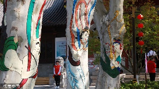 南京:敦煌壁画绘树上 树绘吸引游客