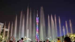 广州塔上演灯光秀 无人机变换阵型吸睛