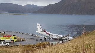 阿拉斯加客机降落时冲出跑道受损严重