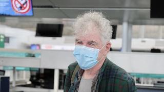 68岁杜可风现身香港机场 口罩遮面打扮朴素