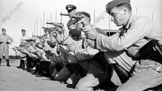 30年代德国新兵训练射击手枪、步枪和机枪