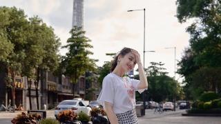 黄圣依写真曝光明媚十足 格纹裙秀曼妙身姿