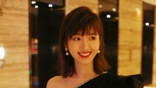 毛晓彤穿小黑裙与友人热聊 露香肩笑容超甜