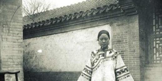 清朝末年照片:图3是一个缠足小脚妇女,图5是慈禧回宫时场景