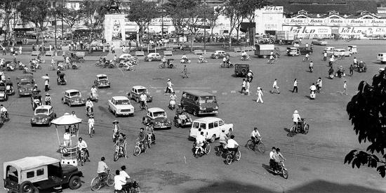 1967年西贡老照片,街头女子很时尚也有保守,大爷很古典