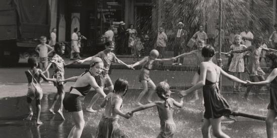 1946年美国纽约老照片,女子围着喷泉载歌载舞,少年安静吃冰