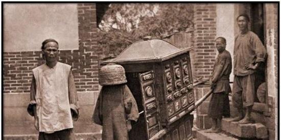 20世纪初北京的道路泥泞巴黎赛车走不动,平民娶妻盖的不是红盖