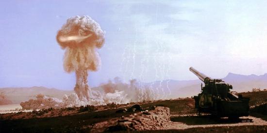 那些年人类进行的核试验,竟然有人戴着眼镜专门进行观看