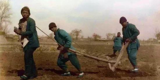外国记者镜头下的彩色l老照片,记录清朝晚期老百姓的生活百态