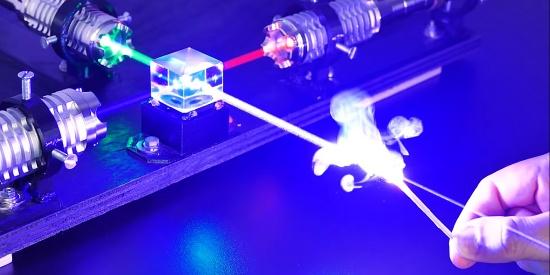 看似普通的激光射线,把多束集中起来之后,破坏力却如此惊人!