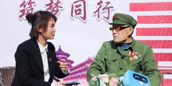 """安徽合肥:""""世界读书日"""" 听红军老爷爷讲革命故事"""