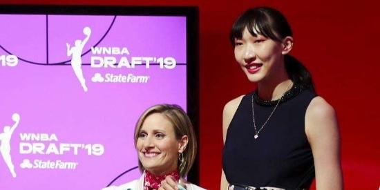 韩旭选秀摘牌邵婷准备赴美,她俩之前有四朵女篮金花绽放WNBA