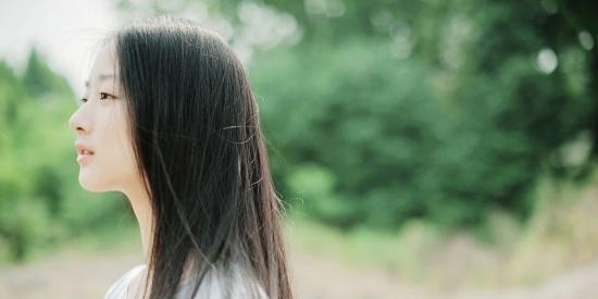 夏风徐徐,少不了时尚搭配,飘逸秀发显气质