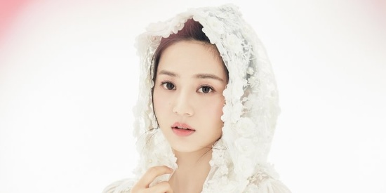 唐本身披微纱白袍清丽素雅美照