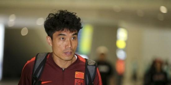 国足全体球员从马尔代夫返回广州,许多球迷前来迎接国足球员