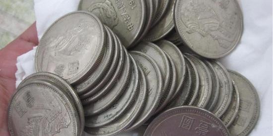 这种一元硬币很少见,如果有千万不要随便卖掉了!