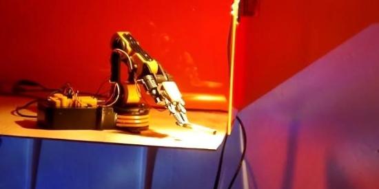 这个机器人想用一只手臂完胜男票?会撩女生衣带会哄人